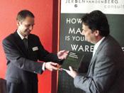 Van den Berg verrast met boek over warehouse management