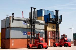 CCA stapelt vijf hoog met empty container heftrucks