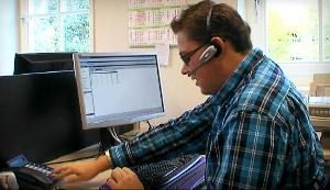 Blinde medewerker werkt met logistieke software van AFAS
