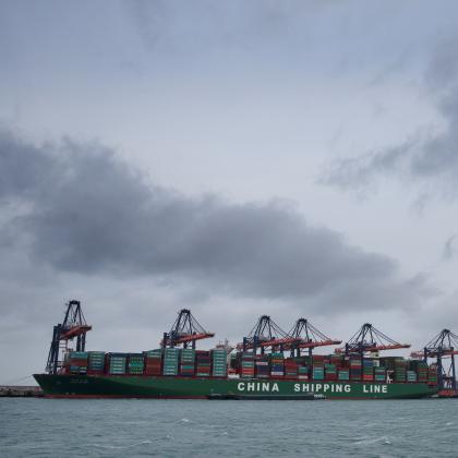 Mega-containerschip aangekomen in Rotterdam