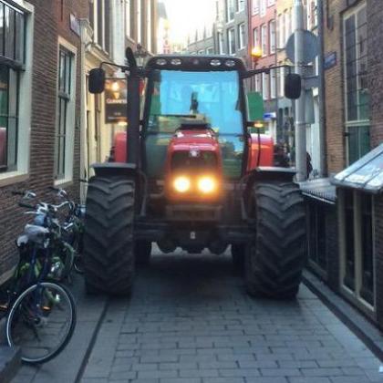 Tractor omzeilt milieuzone in Amsterdam