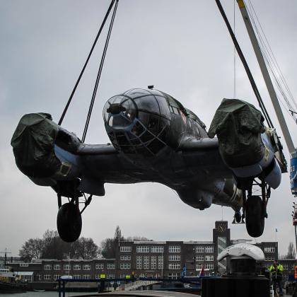 Spectaculair vervoer bommenwerper in Rotterdam