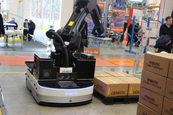 Dematic lanceert AGV met robotarm
