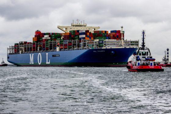Containerreuzen stomen op richting Rotterdam (video)