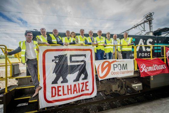 De eerste biertrein van Luik naar Ninove komt aan onder toeziend oog van Ministers van mobiliteit Weyts en Bellot, CEO Delhaize Denis Knoops, Geert Versnick.