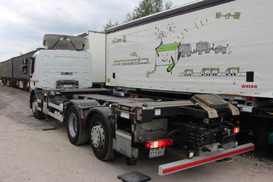 Een van de oplossingen die gisteren getoond werd na de binnenkomst van de biertrein, is een innovatief concept van het Zwitserse bedrijf Innovatrain. Deze 'ContainerMover' is een horizontaal overslagsysteem met bewegende telescoop sledes op een vrachtautochassis, dat binnen enkele minuten een ladingeenheid op een kleine vrachtwagen kan plaatsen of er van af kan halen.