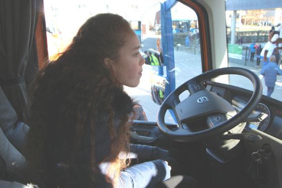 Zelf achter het stuur zitten om te ervaren wat de chauffeur ziet en niet ziet.