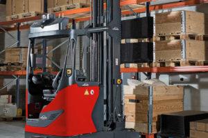 Reachtruck vult serie automatische heftrucks Linde aan