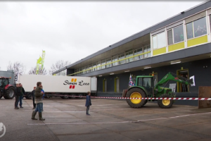 Boeren 'oefenen' blokkade-actie bij dc's Plus Retail en Deen